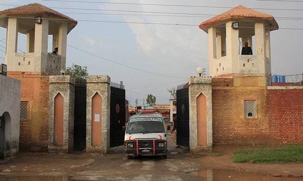 Xe cứu thương chở thi thể Ansar Iqbal bị kết tội giết người cách đây 16 năm sau cuộc hành xử tại nhà giam trung tâm ở Sargodha, Pakistan. Ảnh: Reuters