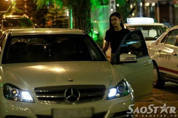 Sau buổi diễn, nữ ca sĩ - diễn viên nhanh chóng di chuyển ra xe và về nhà.