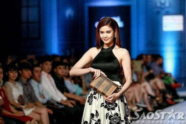 Trương Quỳnh Anh nổi bật trên sàn catwalk ở màn chốt show. Cô tự tin sải bước như một người mẫu chuyên nghiệp.