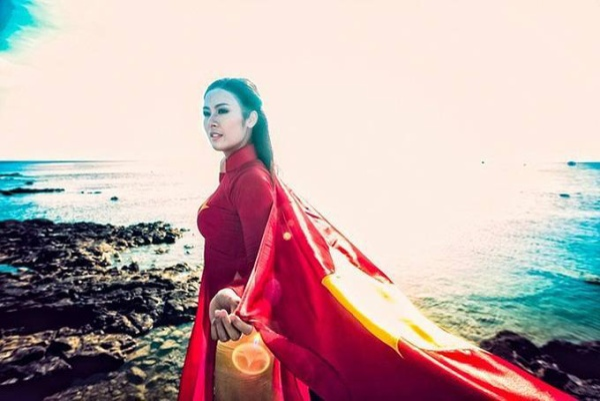 Tháng 6/2014, Hoa hậu Ngọc Hân có chuyến đi tới huyện đảo Lý Sơn, Quảng Ngãi để động viên ngư dân và các chiến sĩ trên đảo. Cô cùng ê-kíp tranh thủ thực hiện một bộ hình ý nghĩa.