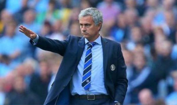 Liệu với sự cổ vũ của cô người mẫu sexy, Jose Mourinho sẽ lên động lực để chiến đấu thành công cùng quân mình mùa bóng này?