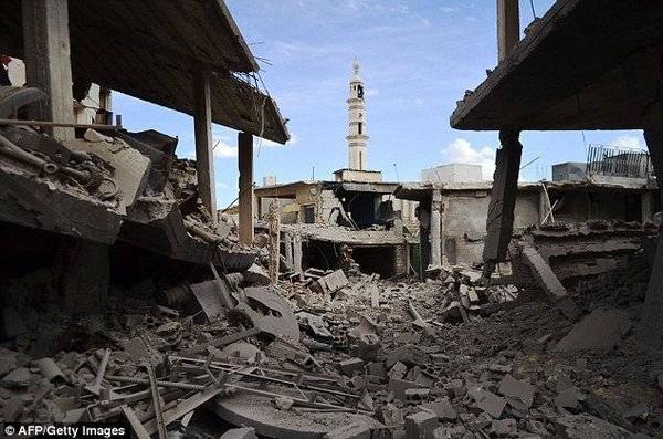 Các tòa nhà bị thiệt hại và đổ nát tại thị trấn Talbisseh tỉnh Homs sau cuộc không kích của quân đội Nga. Các khu vực này không thuộc quyền kiểm soát của IS.