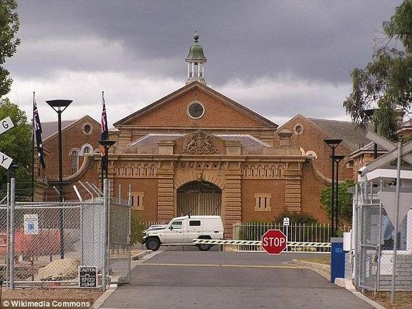 Trại giáo dưỡng Goulburn cách Sydney 150km về phía tây nam. Wiles là phạm nhân thứ hai từng trốn khỏi trại giam vài tháng gần đây.