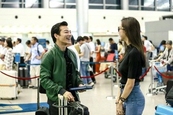 Cả hai tranh thủ chụp ảnh tự sướng cùng bạn bè và trò chuyện trước giờ lên máy bay.