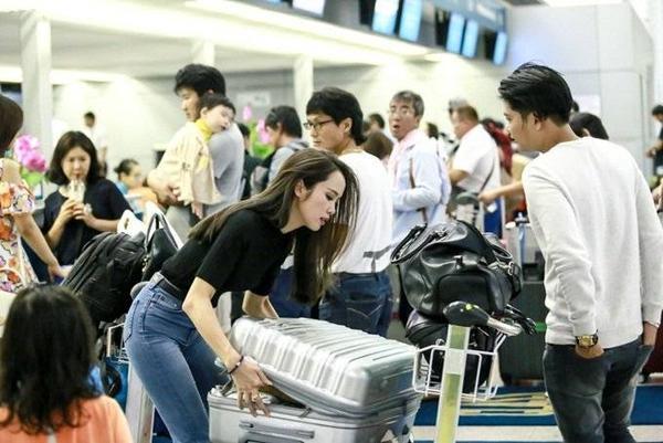 Người đẹp sinh năm 1990 tất bật ký gởi hành lý và làm các thủ tục cần thiết.
