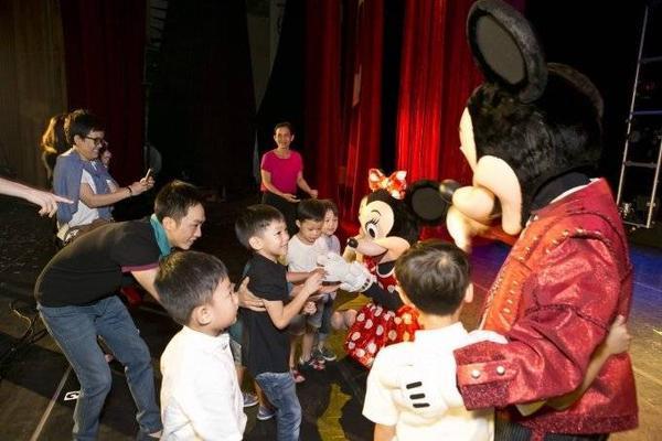 Cường Đô-la đưa Subeo đến chụp hình kỷ niệm với Mickey và Minnie
