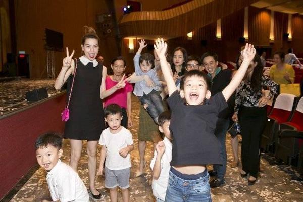 Hồ Ngọc Hà và Cường Đô-la rạng rỡ chụp hình cùng gia đình