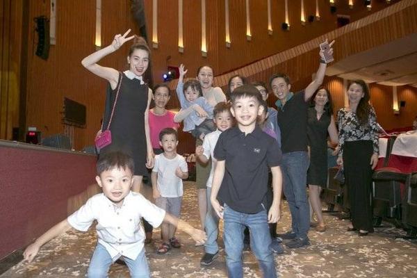 Thiều Bảo Trang cùng chụp hình với gia đình Hồ Ngọc Hà, Cường Đô-la
