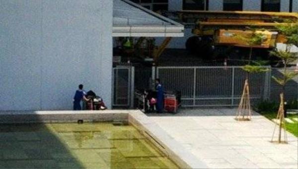 Quá trình chuyển hành lý nối chuyến quốc tế đi nội địa công nhân hoàn toàn có thể lấy đồ và vứt ra vườn hoa bên cạnh cũng không ai biết.