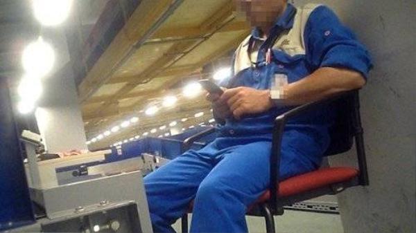 Dù công nhân bốc vác hành lý bị cấm dùng điện thoại, nhưng nhiều công nhân vẫn vô tư dùng khi làm việc. Ảnh cắt từ clip.
