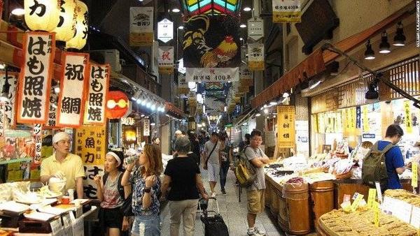 Chợ Nishiki. Từ cá tươi, bánh Donut cho tới sake đều được tìm thấy ở đây. Đây là chợ có tuổi đời 400 năm, buôn bán tất cả mặt hàng. Để tham quan hết chợ, bạn sẽ phải dành khá nhiều thời gian.