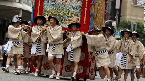 Lễ hội Gion. Bắt đầu từ thế kỉ thứ 9, lễ hội Kyoto Gion diễn ra hằng năm và là một trong ba lễ hội lớn nhất của người Nhật. Đây là một phần của nghi lễ bày tỏ lòng thành với các vị thần trong truyền thuyết đã tạo ra lửa, lũ lụt và động đất. Trong lễ hội, mọi người sẽ mặc yukata (kymonos mùa hè).