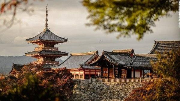 Kiyomizu-dera (Ngôi chùa của nước khoáng). Đây là một trong những danh lam thắng cảnh tại Kyoto.