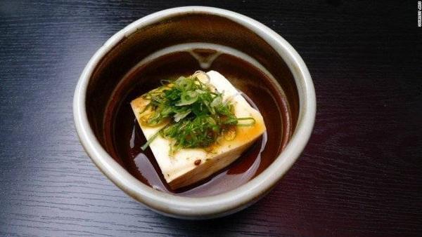 Đậu hũ Yudofu. Thức ăn ở Kyoto lúc nào cũng tươi ngon. Một phần súp đậu hũ và hành thơm ngát luôn giữ chân các du khách. Nổi tiếng nhất là khu vực quanh Nanzen-ji, nơi được mệnh danh với món đậu hũ Nanzen-ji.