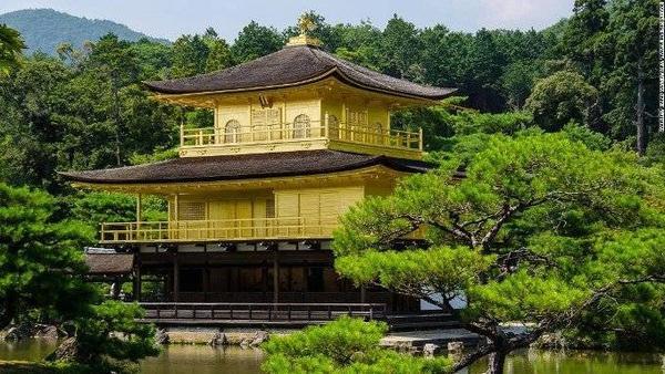 Đình Vàng, địa danh tham quan nổi tiếng nhất Kyoto bởi vẻ lộng lẫy, huy hoàng của nó.