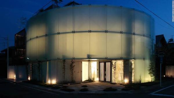 Kiến trúc hiện đại. Dù là cố đô nhưng Kyoto đang hướng về tương lai bằng cách thiết kế các kiểu nhà hiện đại.