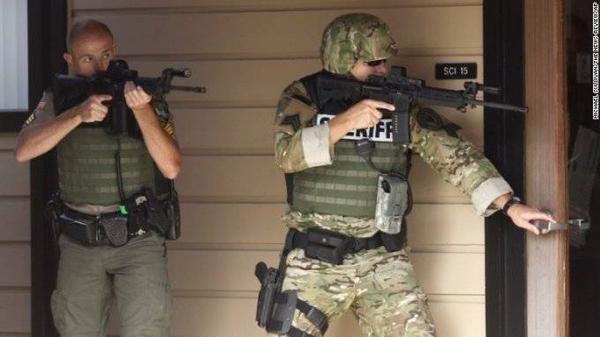Lực lượng cảnh sát nhanh chóng kiểm soát tình hình và đã bắn hạ tay súng sau khi hắn xả đạn chống cự.