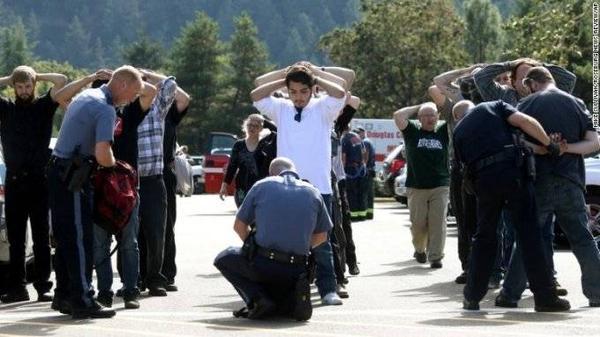 Cảnh sát kiểm tra các sinh viên và giáo viên trong trường đề phòng trường hợp còn đồng phạm.