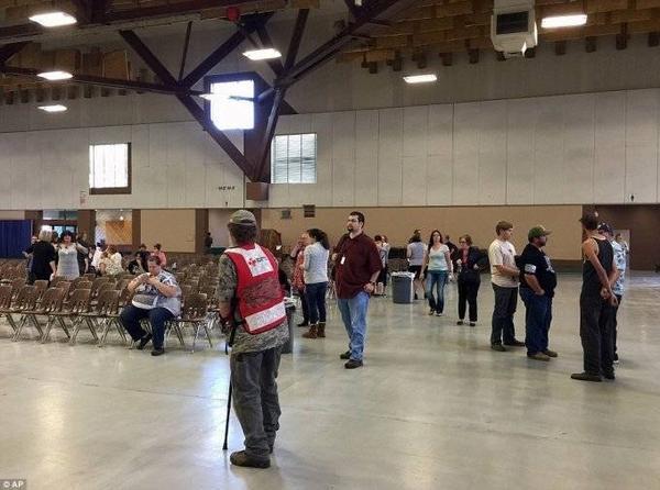 Đội cứu thương có mặt tại hiện trường và trấn an các sinh viên.