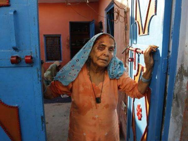 Người mẹ già đau khổ của Akhlaq còn bị đám đông rượt đánh, các con của nạn nhân cũng bị đánh đập dã man và đe dọa giết người bịt miệng. Cảnh sát đã điều tra và xác nhận miếng thịt bị tình nghi thực chất chỉ là thịt cừu. Những kẻ giết người đang bị truy nã.