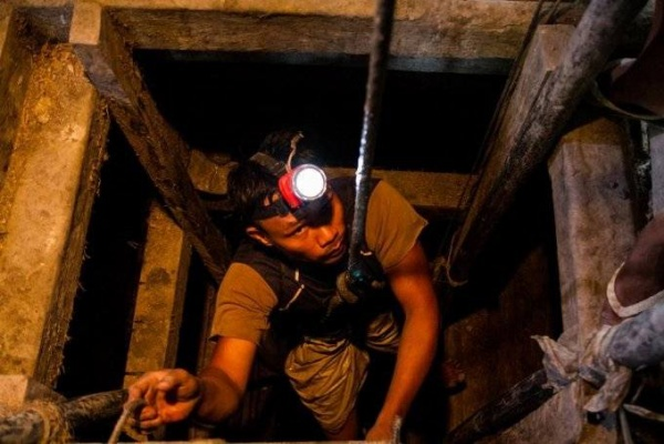 Các hầm vàng nằm sâu 10m dưới mặt nước