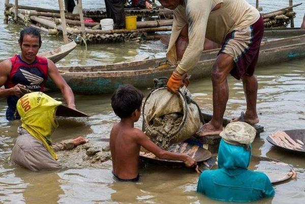 Hàng nghìn lao động trẻ em phải làm việc trong môi trường cực kỳ nguy hiểm tại các mỏ vàng.