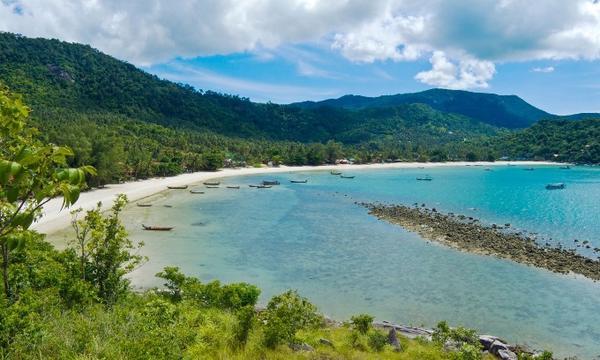 Là một nơi thật sự dành cho nghỉ ngơi, thư giãn. Tách biệt khỏi đám đông của Koh Samui và 30 phút đi phà từ Maenam hoặc Bangrak đến Koh Phangan, ngoài khơi bờ biển phía đông. Cùng với Thong Nai Pan Noi và Thong Nai Pan Yai, hai bãi biển hẻo lánh với hình dạng vùng vịnh với hai bát cãi vàng cùng làn nước trong vắt. Các khách sạn trên đảo nằm thoắt ẩn thoắt hiện trong những  rừng cọ yên bình. Thong Nai Pan Yai chủ yếu phục vụ cho phần đông du khách còn Thong Nai Pan Noi có nhiều sự lựa chọn của các khách sạn hạng sang nếu ngân sách du lịch của bạn cho phép.