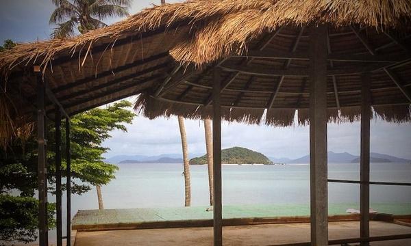 Từ Cam-pu-chia, Koh Mak thật sự xa hơn các đảo khác, thậm chí ngoài sự tưởng tượng của bạn. Nơi đây là tập hợp của những điều giản đơn từ triết lí phật Giáo của cuộc sống, phong cảnh ngoạn mục, thức ăn tươi ngon và đặc sản trên đất Thái. Nghỉ chân tại resoirt Seavana, nơi với những nhà gỗ hướng ra bãi biển thoải mái và hồ bơi sát biển. Du khách có thể tự thuê xe đạp từ khu nghỉ dưỡng và tự khám phá đảo. Nếu không muốn đi bằng đường bộ, bạn có thể thuê thuyền kayak và dùng mái chèo để đến đảo nhỏ Koh Kham.