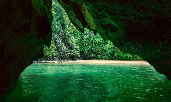 Bơi qua một đường hầm rộng 10 mét và dài 70 mét ở biển Trang trên đảo Koh Mook có vẻ hơi đáng sợ. Nhưng một khi bạn đến được đầu bên kia, phần thưởng sẽ là đầm phá tự nhiên tuyệt đẹp và bãi biển cát trắng được bao quanh bởi núi rừng thiên nhiên. Ngoài ra, nơi đây còn có cộng đồng Hồi giáo cổ để bạn tham quan và tìm hiểu.