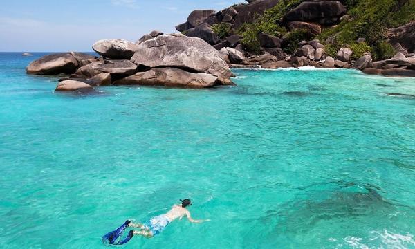 Quần đảo Similan, nằm ngoài khơi bờ biển phía tây, phù hợp cho những ai yêu thích những điều tuyệt vời từ miền nhiệt đới. Hầu hết du khách chỉ ở lại trong ngày. Đi từ Phuket hoặc Khao Lak, bạn sẽ đắm mình trên những bãi biển đông người, tàu thuyền tấp nập hoặc dành nhiều thời gian để thư giãn và khám phá. Nếu không, bạn có thể đặt vé sớm để tham quan công viên quốc gia với lều và túi ngủ gần bãi biển hoặc đơn giản hơn là ngủ tại khách sạn.