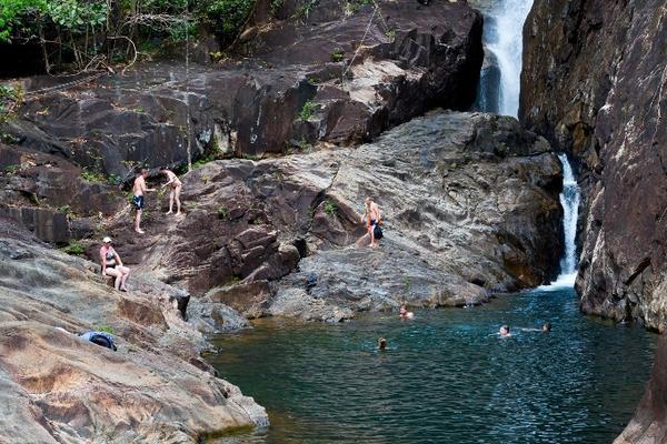 Koh Chang là một hòn đảo với phần lớn chưa được khai thác. Nằm trên bờ biển phía đông gần biên giới Cam-pu-chia. Đảo Koh Chang với 85% diện tích thuộc công viên quốc gia, vẻ đẹp gần như hoang sơ và thanh bình nhờ những thác nước tuyệt đẹp cùng rất nhiều bãi biển thiên nhiên.