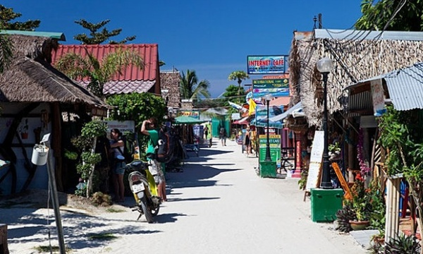 Đảo Koh Lipe nằm ở biên giới Malaysia và công viên quốc gia Tarutao.. Một ngày trên đảo, bạn sẽ được khám phá các đảo xung quanh, những hòn đảo hoảng vu với khỉ và nước trong như pha lê, thích hợp để lặn biển. Bãi biển Hoàng hôn với những rung cảm nhẹ nhàng, bạn có thể dành cả ngày để lặn biển và tận hưởng bầu trời đêm đầy sao yên tĩnh.
