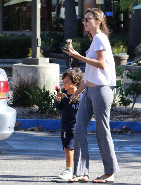 Người đẹp tận hưởng khoảng thời gian thư giãn bên con trai. Hai mẹ con vừa đi vừa nhấm nháp món kem ốc quế.