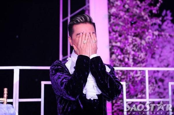 Ca sĩ gốc Quảng Nam ôm mặt khóc lần nữa trong tràng vỗ tay chúc mừng của hàng trăm khách mời.