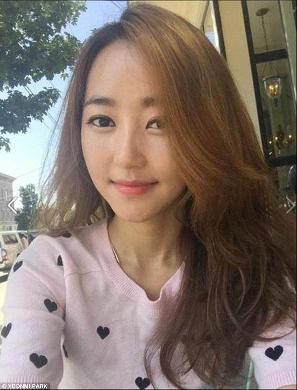 Yeomi chạy trốn khỏi Bắc Triều Tiên năm 13 tuổi, chứng kiến cảnh mẹ bị cưỡng hiếp và sau đó trở thành tình nhân trong hơn 2 năm.