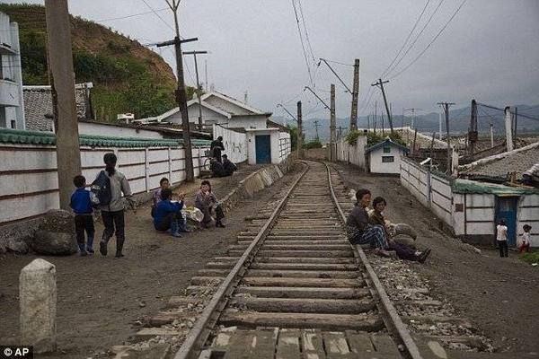 Cuộc sống không lối thoát và đói nghèo khiến nhiều người dân phải tìm cách bỏ trốn qua biên giới thông qua những kẻ buôn người.