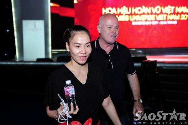Trưa 3/10, Thu Minh và ông xã Otto hào hứng đến địa điểm diễn ra đêm chung kết Hoa hậu Hoàn vũ 2015 để cùng mọi người tổng duyệt. Cặp đôi thu hút sự chú ý của giới truyền thông khi diện trang phục tone sur tone.