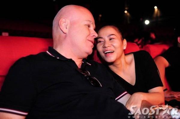 Cô vui vẻ trò chuyện cùng chồng Tây. Vì muốn tiết mục của bản thân thật chỉn chu, ấn tượng, Thu  Minh và gia đình nhỏ của mình đã đẹp chuyến bay ra Nha Trang trước đó hai ngày.