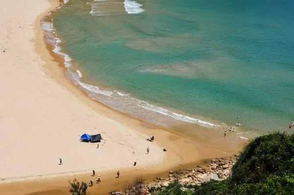 Bãi Môn dưới chân Mũi Điện (huyện Đông Hòa). Dòng nước ngọt từ trong dãy núi đèo Cả theo con suối nhỏ chảy ra biển. Đây là điểm cắm trại tuyệt vời.