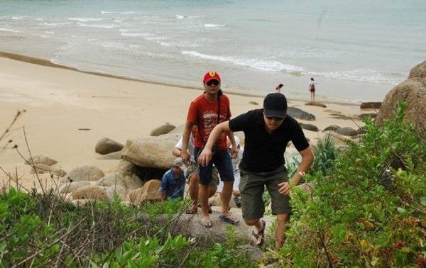 Victor Vũ và đoàn làm phim leo núi đi tìm cảnh để thực hiện phim.