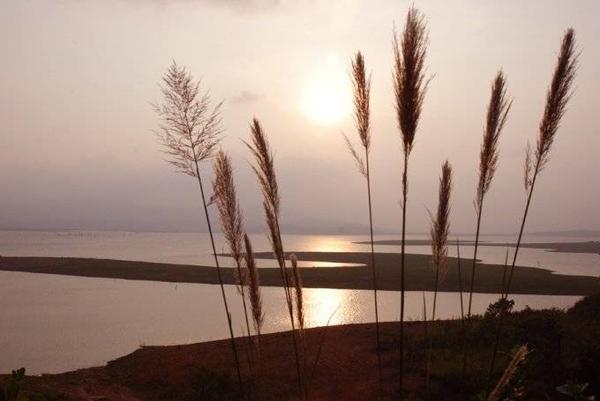 Hoàng hôn trên hồ chứa nước thủy điện Sông Hinh.