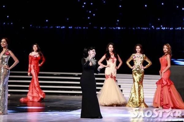 """""""Nữ hoàng nhạc dance"""" khoe giọng hát nội lực , qua đó tạo sự hứng thú, tự tin cho các thí sinh trong phần thi Trang phục dạ hội."""