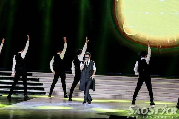"""""""Ông hoàng nhạc Việt"""" trở lại sân khấu với ca khúc Yêu em cả trong giấc mơ."""