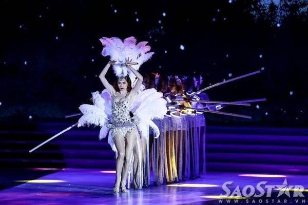 Sau thời điểm MC Phan Anh và hoa hậu Ngọc Diễm công bố top 15 người đẹp chung cuộc, Hồ Ngọc Hà cùng vũ đoàn Hoàng Thông nhanh chóng khuấy động sân khấu với My Destiny - ca khúc mới của phù thủy âm nhạc Đỗ Hiếu.