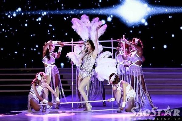 Phần trình diễn của Hà Hồ được dàn dựng rất công phu, kỹ lưỡng. Bà mẹ một con diện trang phục chim công nổi bật bên vũ đoàn hùng hậu. Cô tự tin khoe giọng hát ổn và vũ đạo điêu luyện. Phần đèn led độc đáo trên trang phục của các vũ công là 1 điểm nhấn thú vị khác ở tiết mục này.