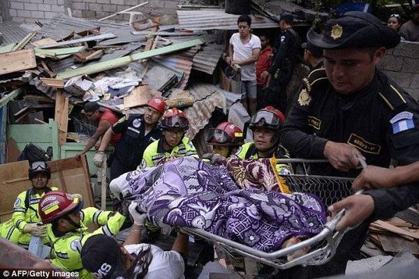 Cảnh sát và cứu hỏa cũng tham gia vận chuyển đưa thi thể các nạn nhân khỏi đống đổ nát.