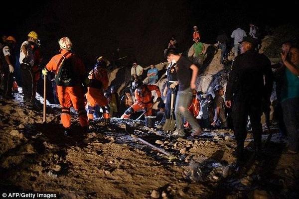 Đội cứu hộ vẫn làm việc suốt đêm để mong cứu được những người có khả năng sống sót vì nghe thấy nhiều tiếng kêu cứu phát ra dưới lớp đất đá.
