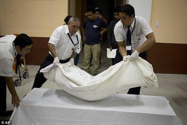 Các thi thể được đưa khỏi hiện trường để chuẩn bị chôn cất.