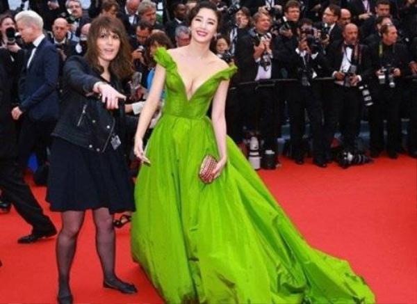 Khoảnh khắc khi Trương Vũ Kỳ bị ban tổ chức yêu cầu rời khỏi Cannes lần thứ 66 khiến truyền thông Trung Quốc đỏ mặt vì xấu hổ. Cô bị đề nghị sau màn biểu diễn thảm đỏ câu giờ.