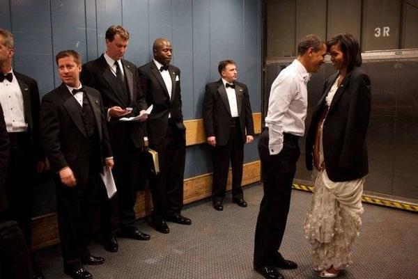 Đội vệ sỹ liếc trộm Tổng thống Obama tình cảm chạm đầu vợ.